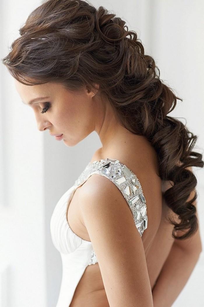 Halboffene Frisur, schwarze Haare, Brautkleid mit Kristallen an den Trägern, olivfarbener Teint