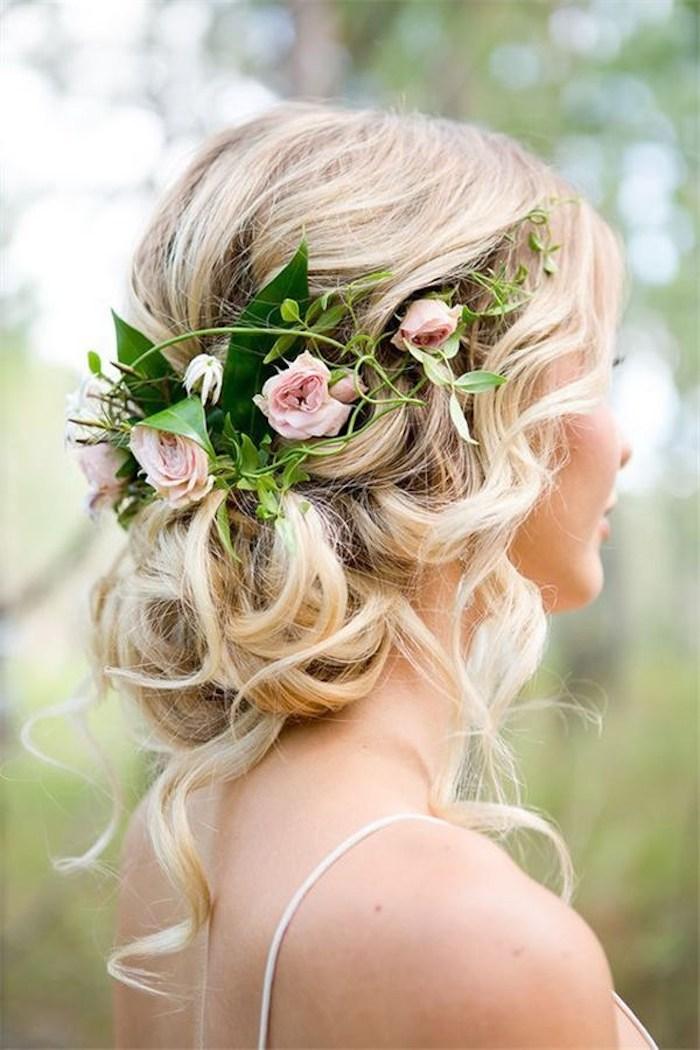 Halboffene Frisur mit echten Rosen verziert, blonde Haare, schöne Locken