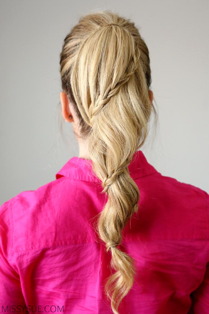 Pferdeschwanz mit schmalen Zöpfen, dunkelblonde Haare, Hemd in Violett