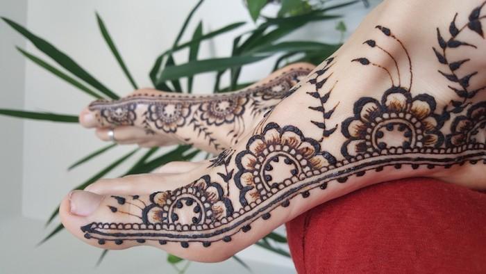 henna bilder, die füße mit braunem henna verzieren, blumen-muster, mehndi