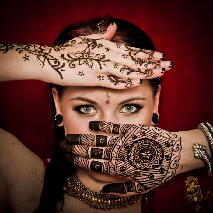 henna bilder, frau mit roten haarne und grauen augen, hände mit henna verzieren