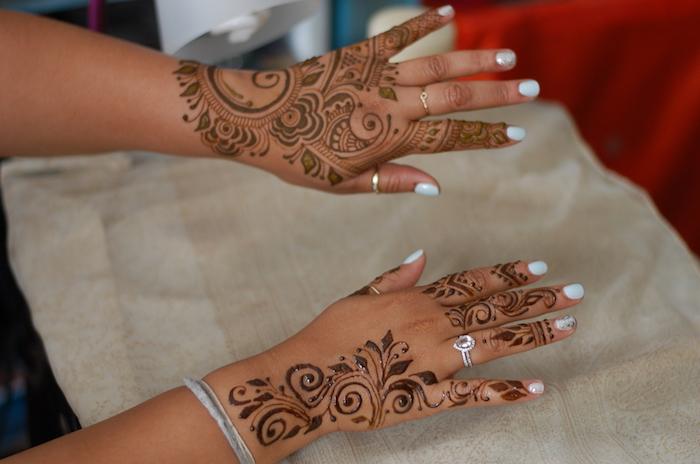 henna bilder, frau mit temporären tattoos an den händen, henna muster