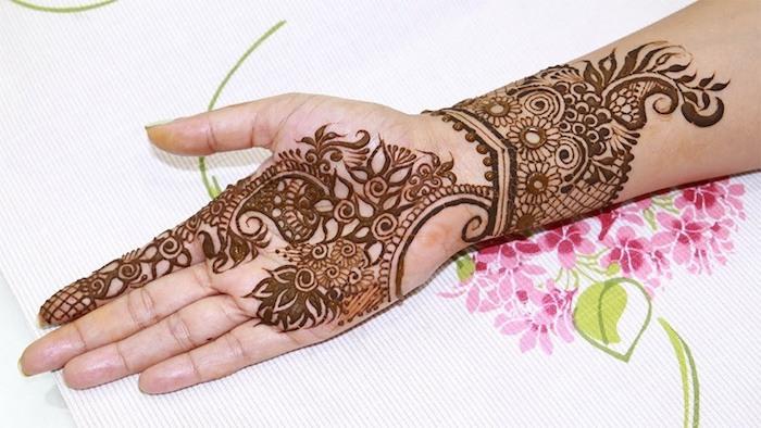 henna bilder, großes temporäres tattoo am unterarm, braunes henna