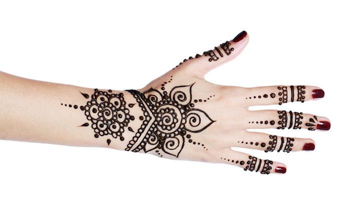 henna muster für anfänger, dunkelroter nagellack, mehndi mit blumen-motiven