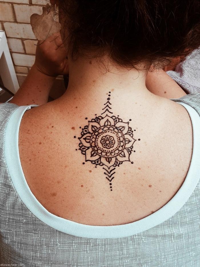 henna muster für anfänger, frau mit kleiner tätowierung mit blumen-motiv am rücken