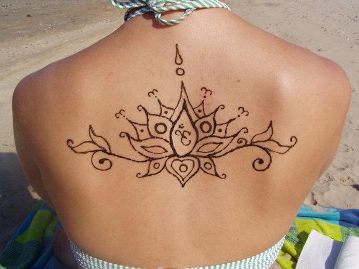 henna muster für anfänger, frau mit großem tattoo mit lotus-motiv, mehndi