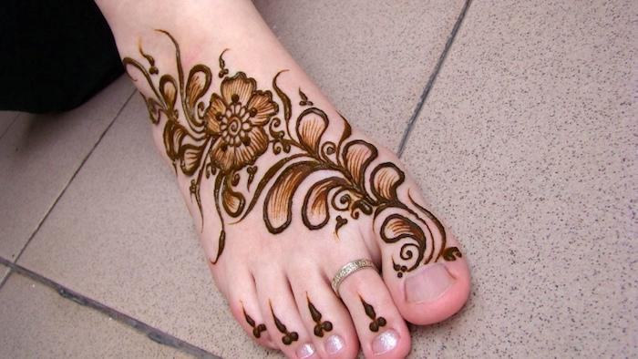 henna muster für anfänger, silberner ring, indische tätowierung mit blumen-muster