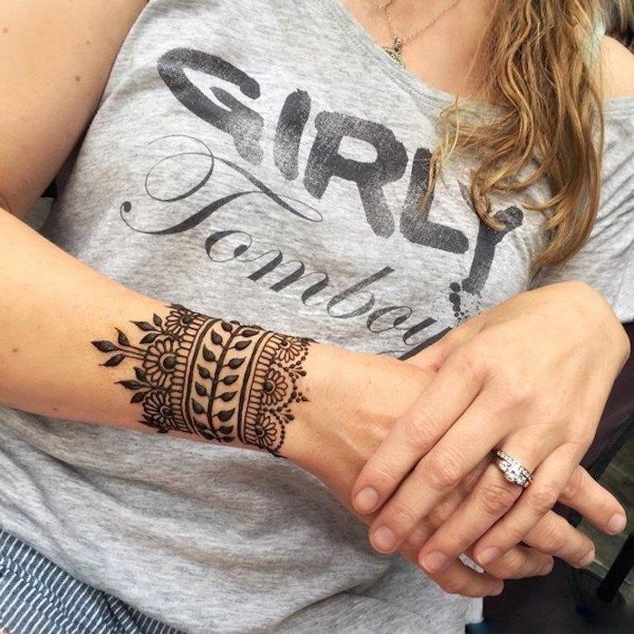 henna muster für anfänger, silberner ring mit stein, kleines temporäres tattoo am arm