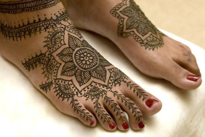 henna selber machen, roter nagellack, füße mit henna verzieren, indische tätowierungen