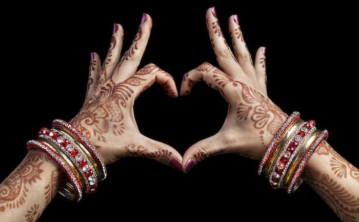 henna selber machen, große goldenen armreifen mit roten steinen, herz, tranditionelle indische tätowierungen