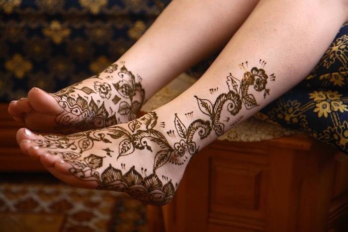 henna selber machen, temporäre tattoos mit blumen-motiv an den füßen