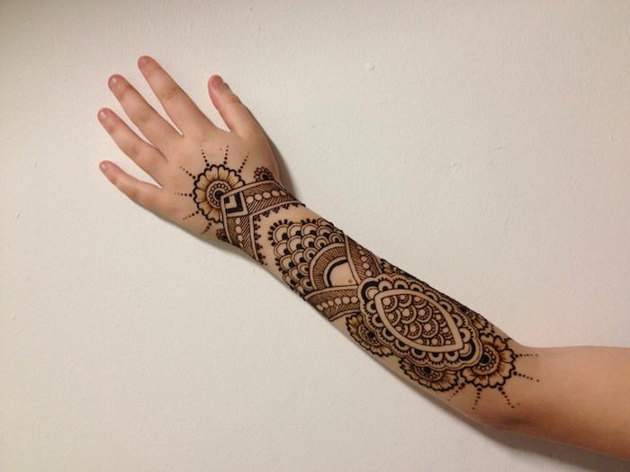 henna selber machen, arm mit henna verzieren, tattoo mit braunem henna, unterarm