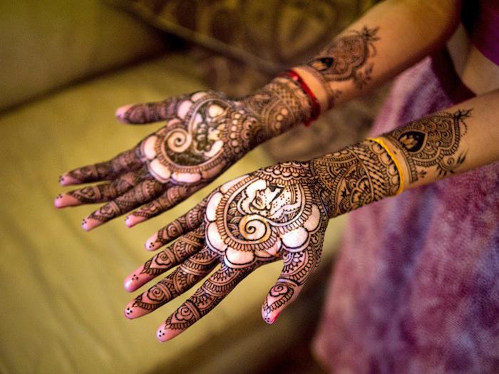 henna selber machen, frau mit tranditonellen indischen tattoos an den armen