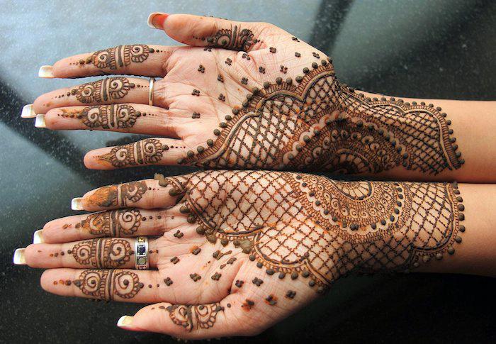 henna selber machen, lange nägel, detaillirte indische tätowierungen an den händen