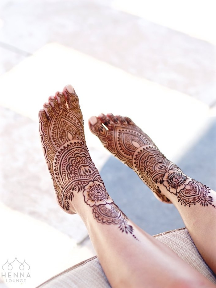 henna selber machen, große detaillierte temporäre tattoos an den füßen, mehndi