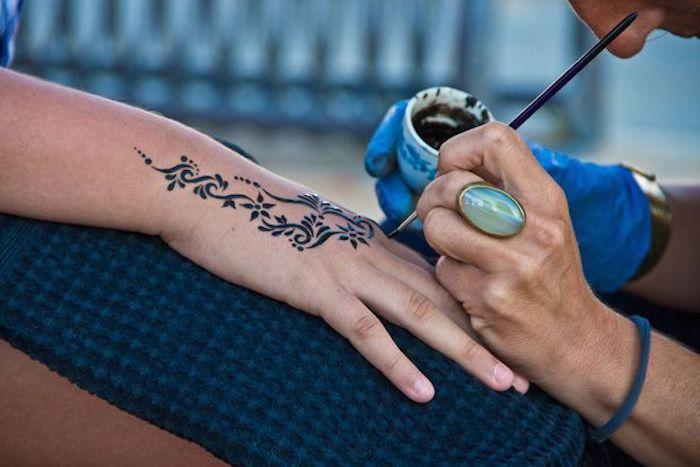 henna stift, großer großener ring mit blauem stein, mehndi malen, schwarzes henna