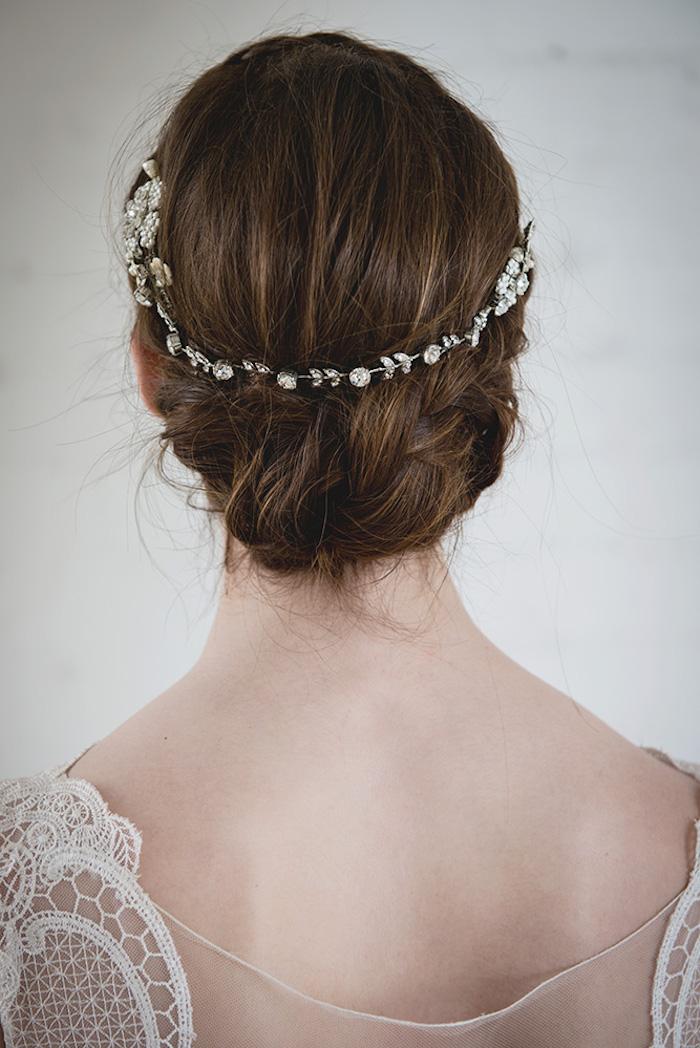 Hochsteckfrisur für mittellange Haare, silbernes Diadem mit Kristallen, kastanienbraune Haare