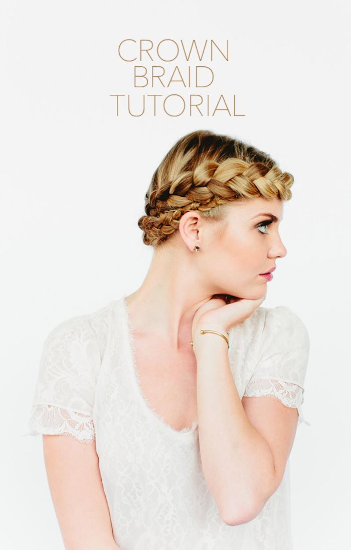 Hochsteckfrisur für lange Haare, Zopfkranz selber flechten, blonde Haare und Porzellanteint, weißes Top aus Spitze mit kurzen Ärmeln
