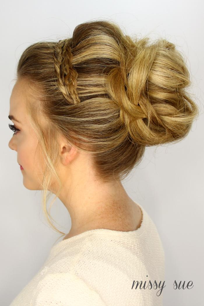 Dutt Frisur mit Zopf Kranz, Idee für Brautfrisur, dunkelblonde Haare, weißer Pullover