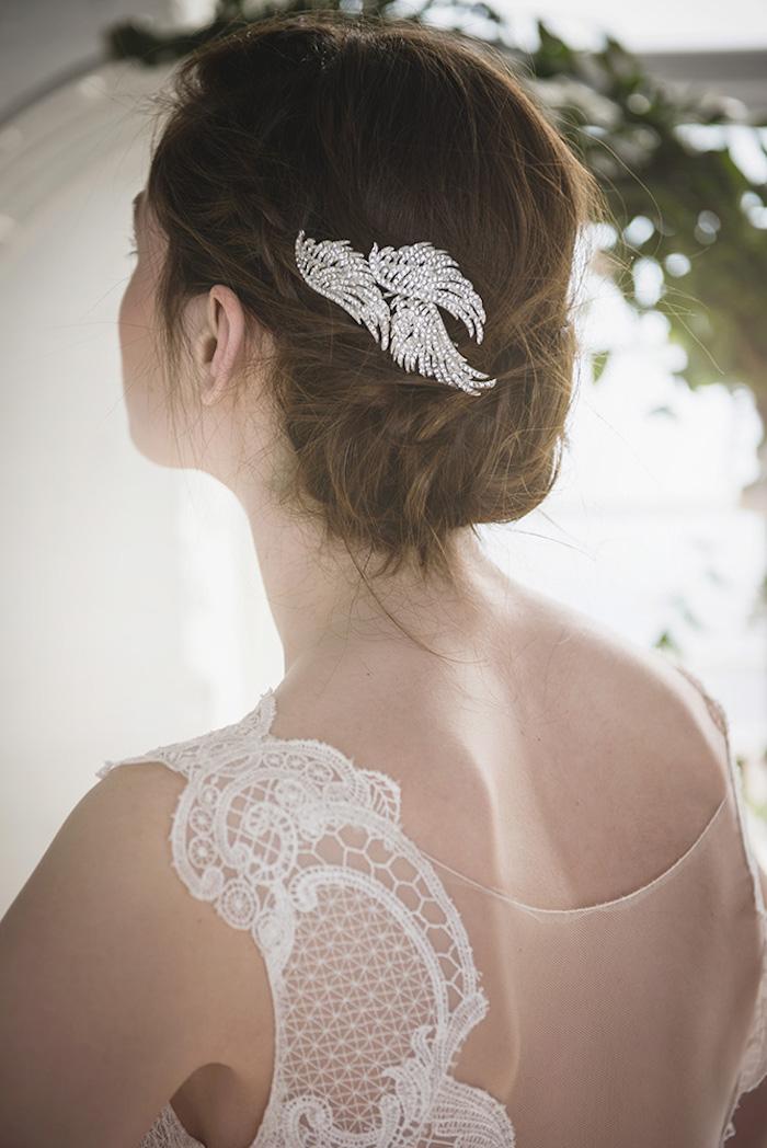 Silberner Haarschmuck mit Kristallen, einfache Hochsteckfrisur für mittellange Haare, Brautkleid mit Spitzenelementen