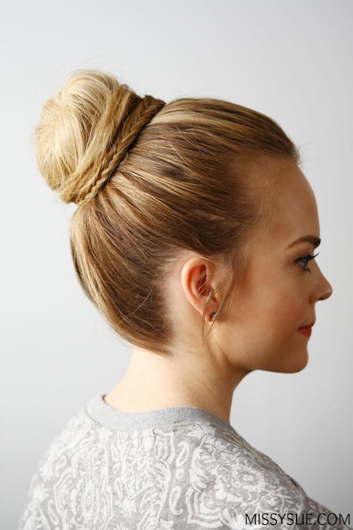 Schlichte Brautfrisur, Dutt mit schmalen Zöpfen, dunkelblonde Haare und olivfarbener Teint