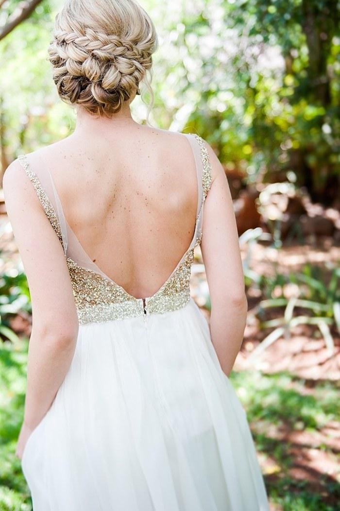 Hochsteckfrisur aus schmalen Zöpfen, Brautkleid mit Glitzer Oberteil und Tüllrock