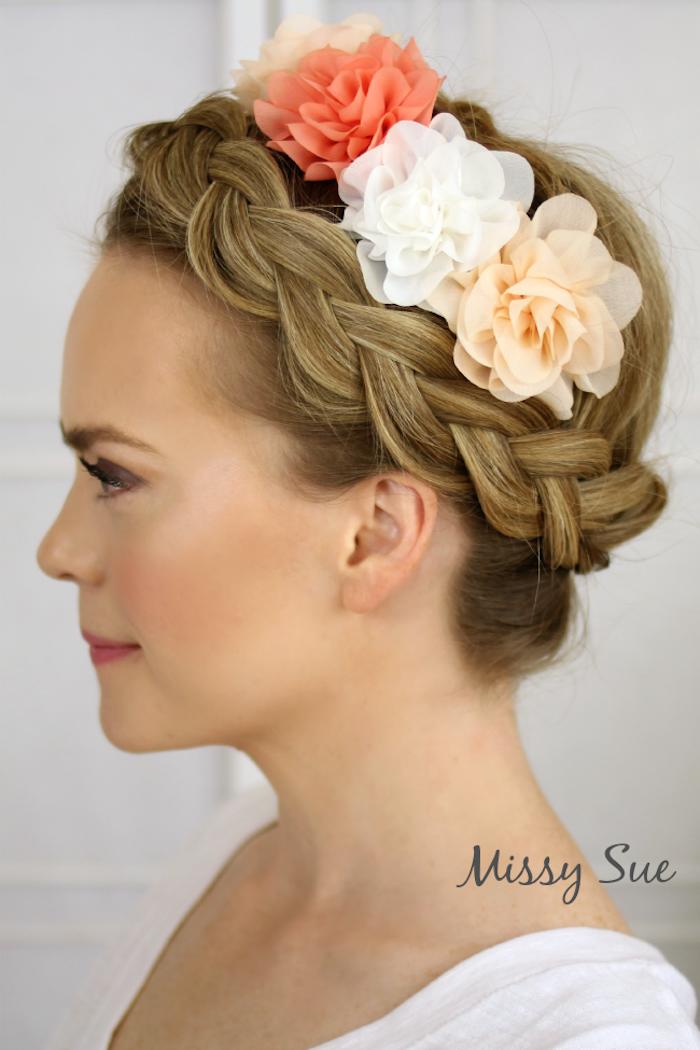 Hochsteckfrisur mit Zopfkranz und künstlichen Blumen in zarten Farben, dunkelblonde Haare
