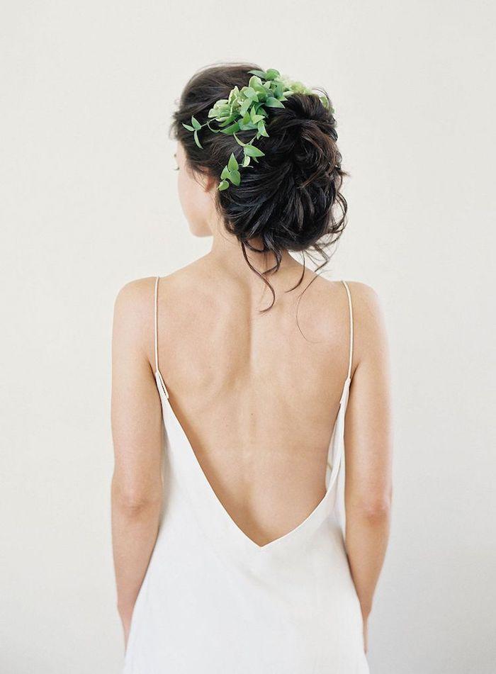 Lockere Dutt Frisur, verziert mit echten Blättern, Brautkleid mit Spaghetti-Trägern und nacktem Rücken