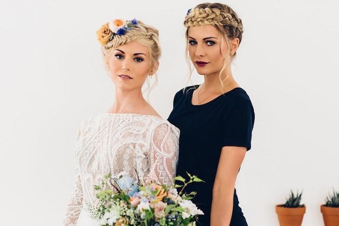 Hochsteckfrisuren für lange Haare, Zopfkrönze mit echten Blumen verziert, blonde Haare, Smokey Eyes und matter Lippenstift