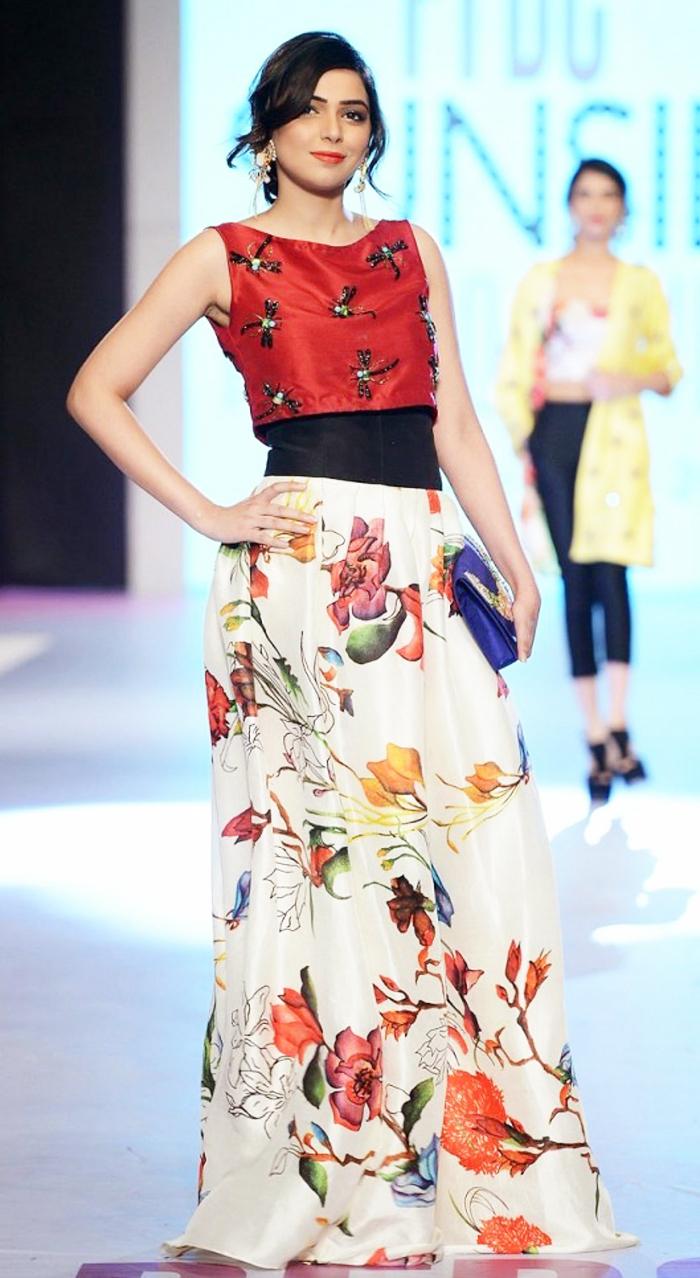 bunte und schöne elegante kleider für hochzeit ein bodenlanger rock und kurzer top rot weiß blumen bunt muster