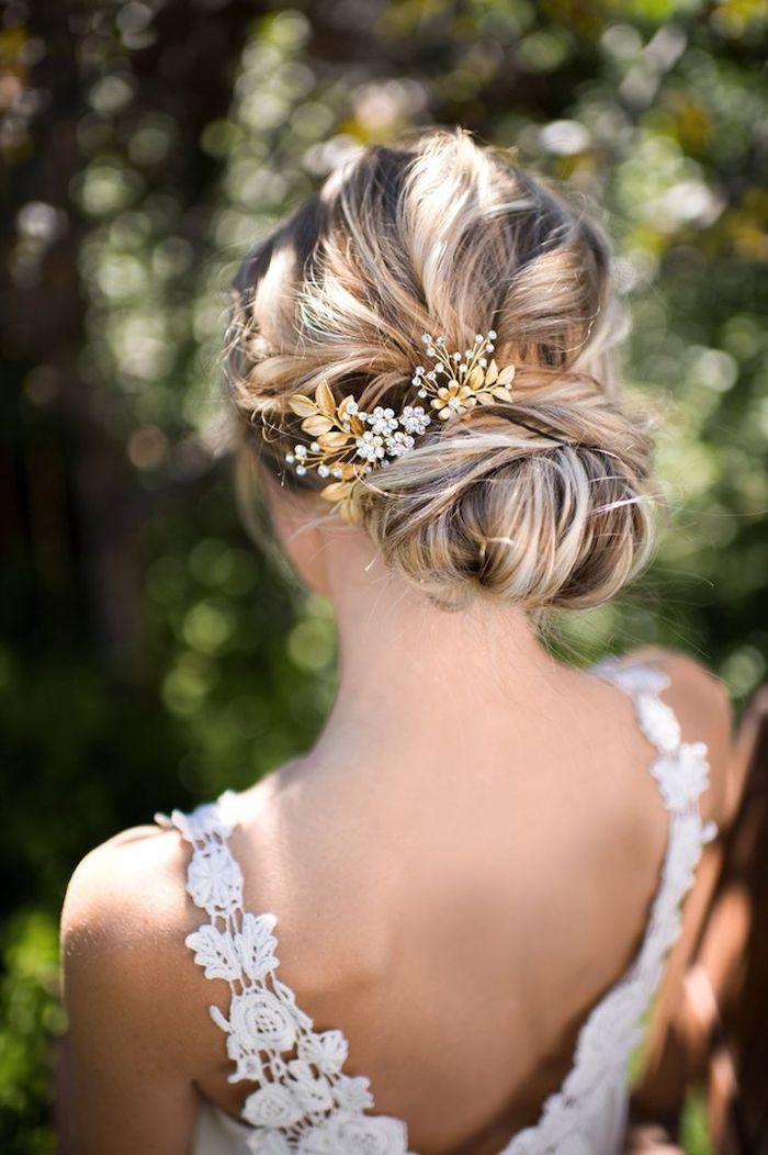 Dutt Frisur für lange und mittellange Haare, Haarschmuck mit kleinen Perlen und Kristallen, Spitzenkleid mit nacktem Rücken