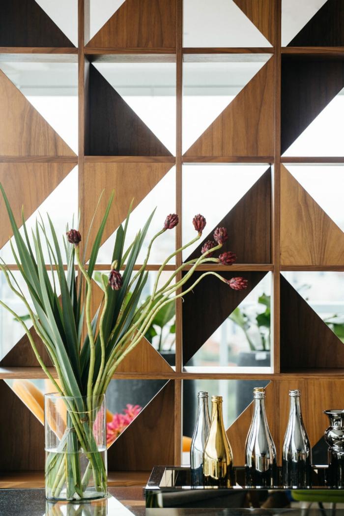 einmalige Kombination zur Raumtrennung - ein Dreieck aus dunklem Holz, eins aus hellem Holz und eins aus Glas