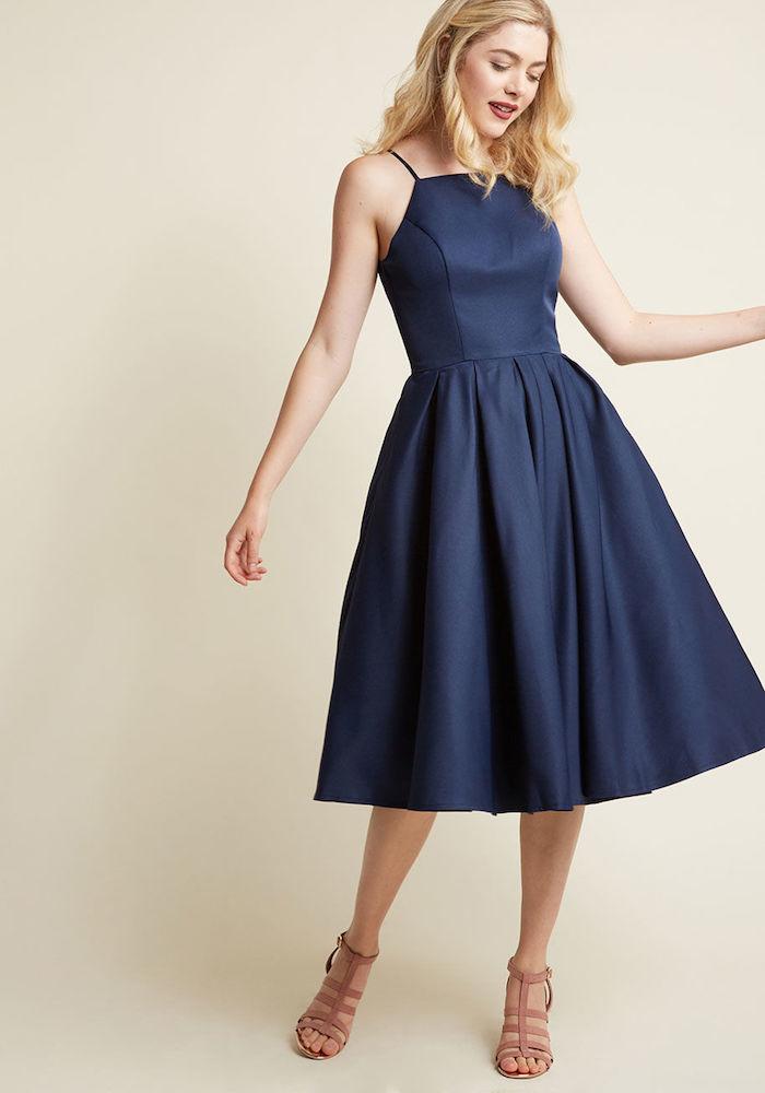 abendkleider hochzeit dunkelblaues kleid für damen schön und trendy sandalen blonde haare