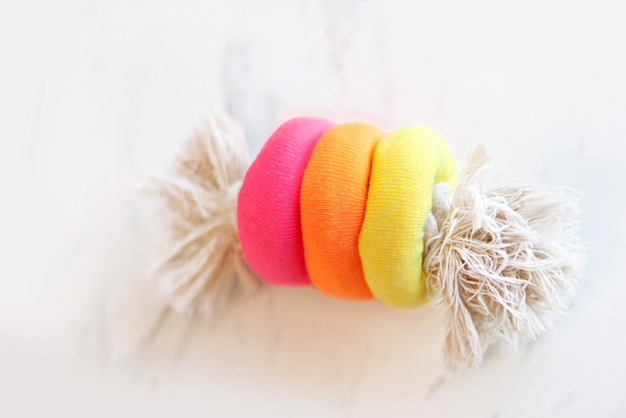 hundespielzeug selber basteln, kauspielzeug aus bunten socken und seil, diy