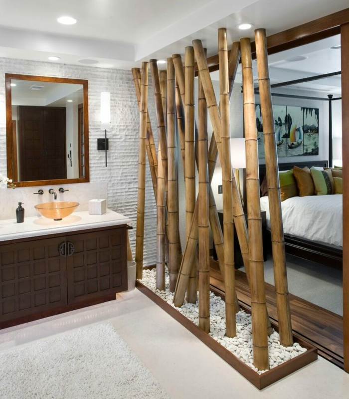 eine natürliche Raumtrennung von Bambus Stöcke und Kies, Deckenleuchte