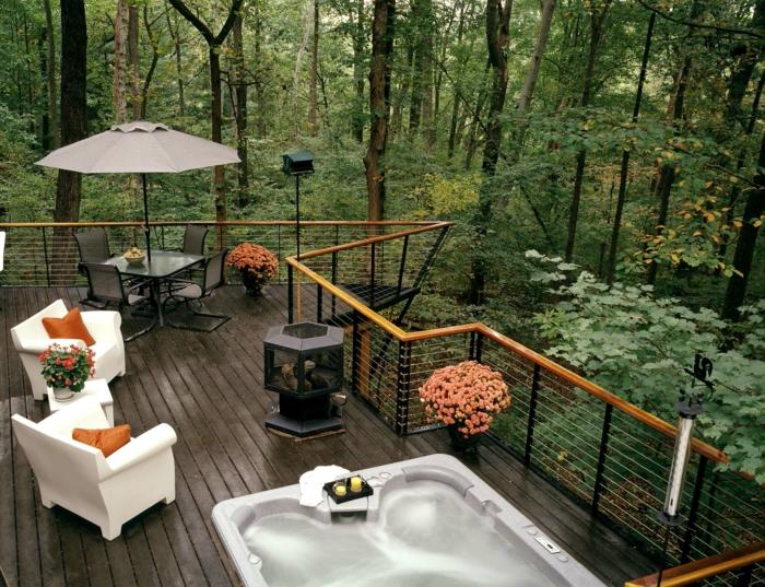 ein Ferienhaus im Wald, viele Sitzplätzen, um die Aussicht zu beobachten, ein Whirlpool, Terrassen Ideen Bilder