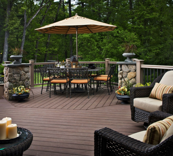 Terrassen Ideen Bilder, ein Tisch mit vielen Stühlen und ein Sonnenschirm