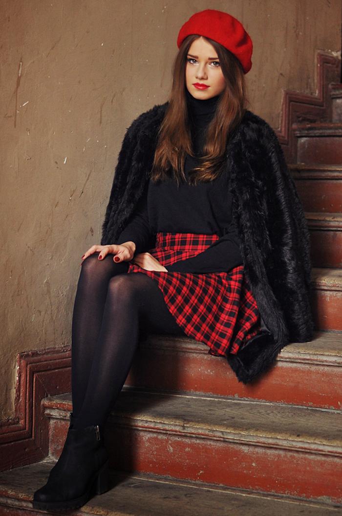 schwarz rotes outfit kleid, rock oder jumpsuit hochzeit schöner flauschiger mantel hut