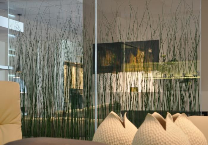 eine einmalige Idee für Raumteilung mit großen Stöcken wie Gras als Dekoration