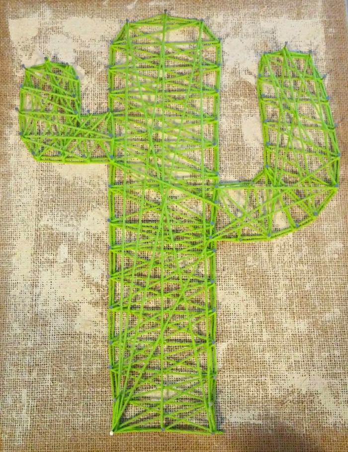 ein grüner Kaktus auf Brettchen mit Sackleinen umhüllt, um die Wüste darzustellen, Fadengrafik Vorlage