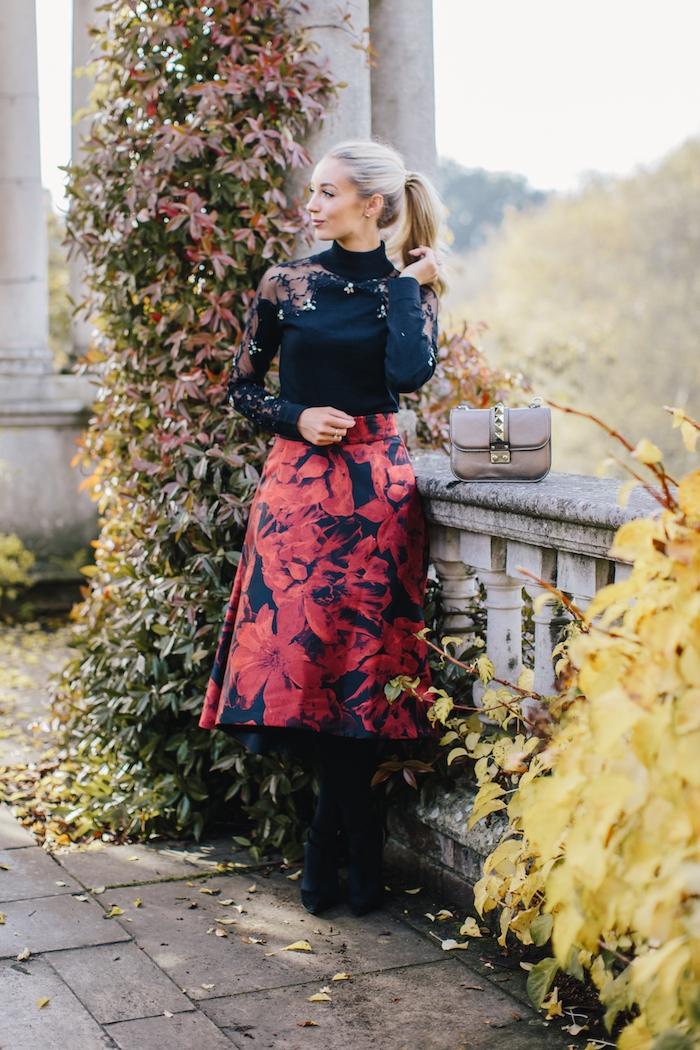 ideen für elegante kleider für hochzeit schwarz rot blonde dame beige minitasche terrasse