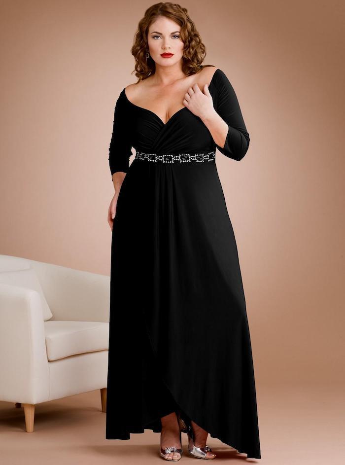 langes hochzeitsgast kleid in schwarz mit feinem gürtel aus steinen und perlen an der taille