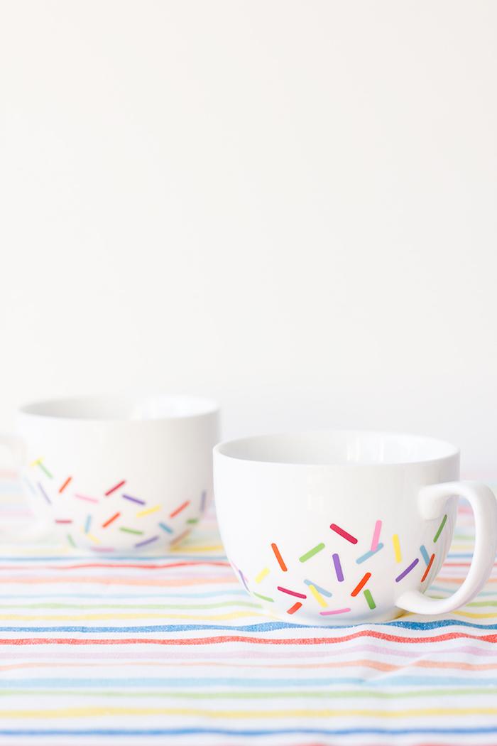 Weiße Porzellantassen mit Zuckerstreuseln, schöne DIY Geschenkidee zu jedem Anlass
