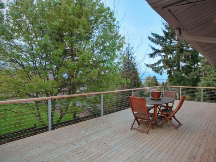 Terrassenmübel aus Holz, braune Terrassendiele - Terrassen Ideen Bilder