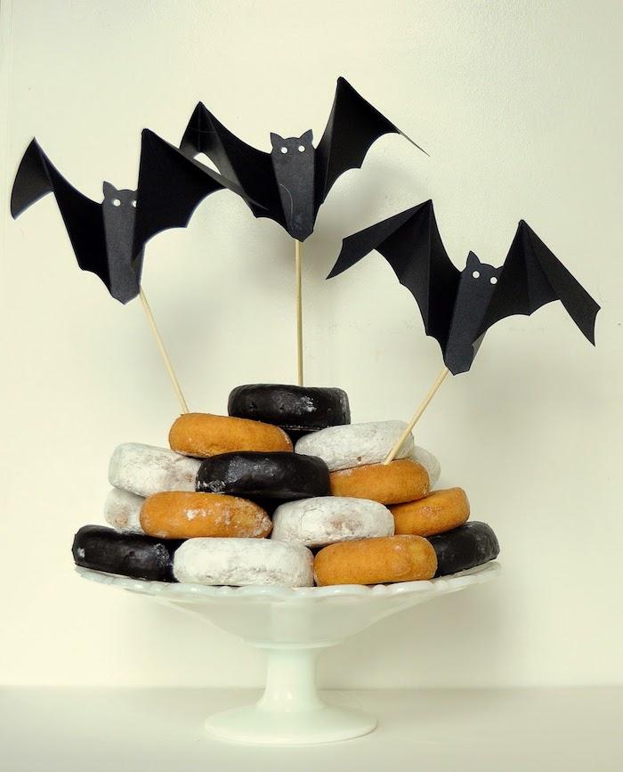 drei kleine fliegende schwarze origami fledermäuse aus papier basteln, fledermaus bilder, schwarze und weiße kuchen, fledermaus mit weißen augen