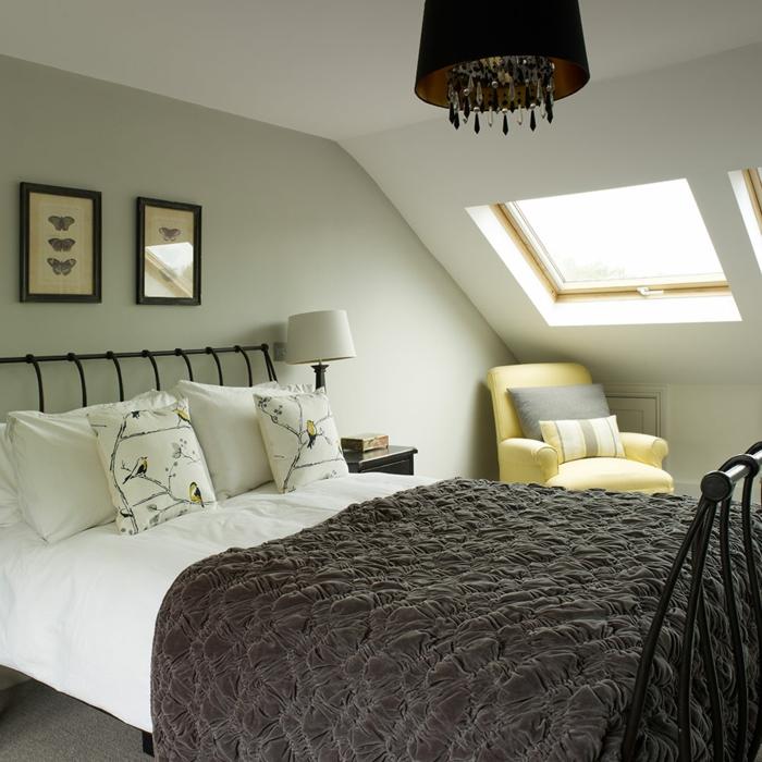 Schlafzimmer Ideen für kleine Räume, eine Leseecke, gelber Sessel mit grauen und gelben Kissen
