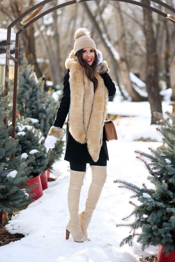 komplette outfits damen, alltags-outfit in schwarz und beige, fellschal, lange stiefel