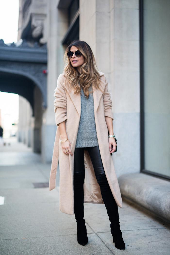 komplette outfits damen, schwarze leggings mit grauer bluse und langem beige mantel