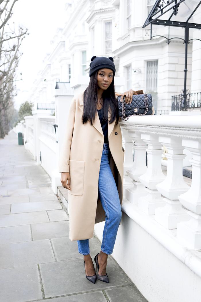 komplette outfits damen, langer beige mantel, jeans im retro stil, spitzschuhe