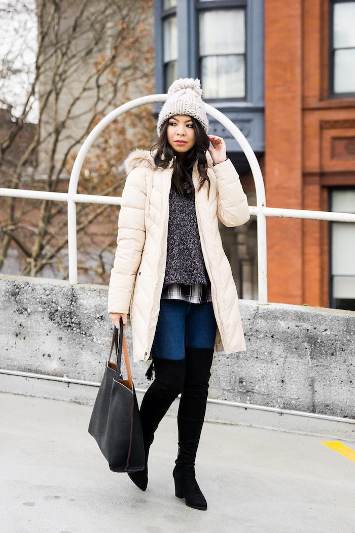 komplette outfits damen, beige winterjacke, lange stiefel, gestrockte bluse
